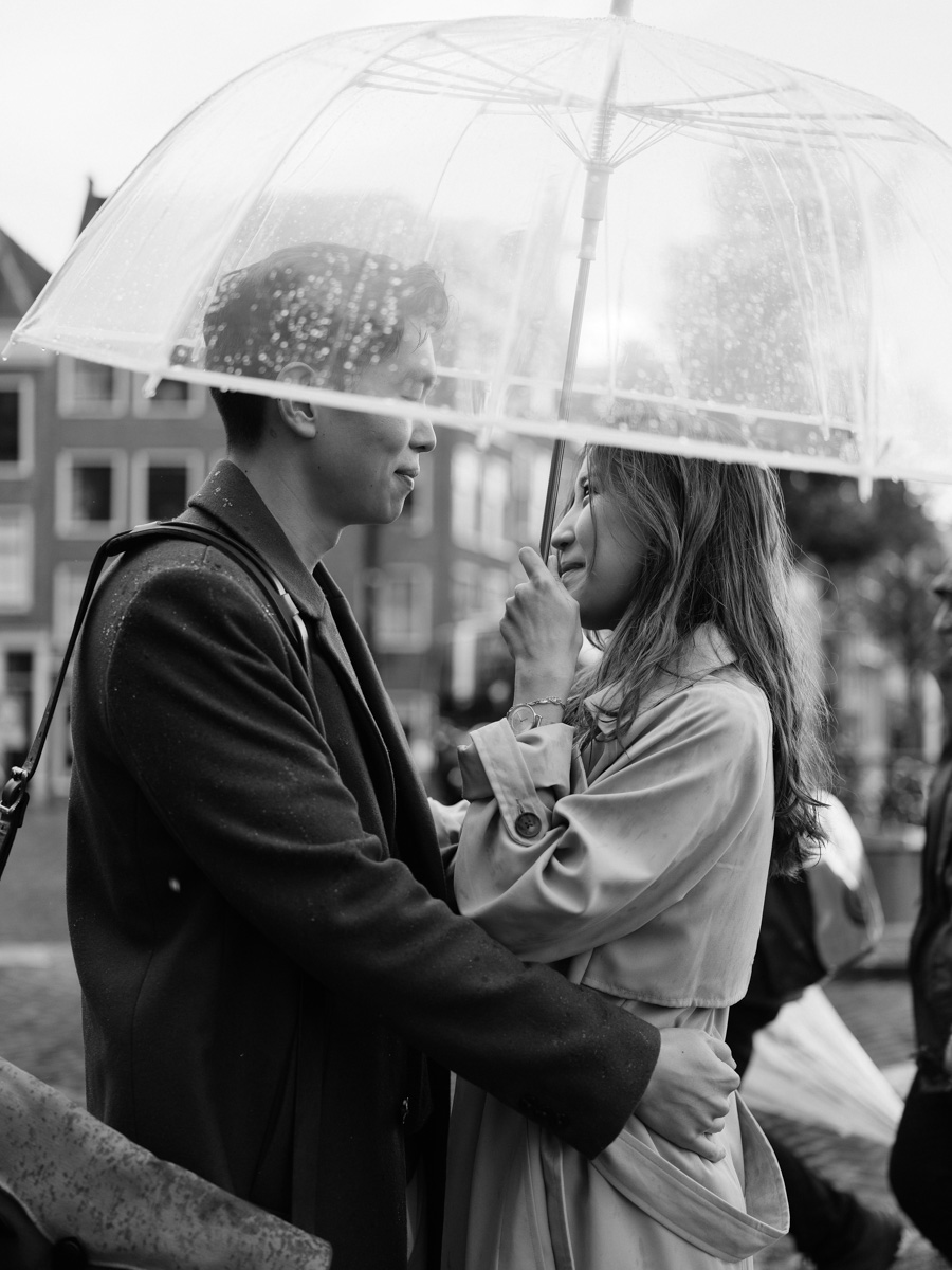couple rain photography amsterdam