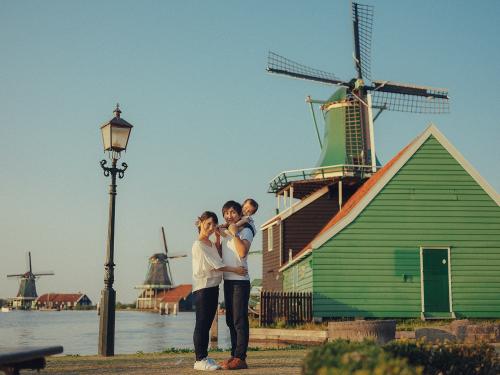 family photoshoot windmills village