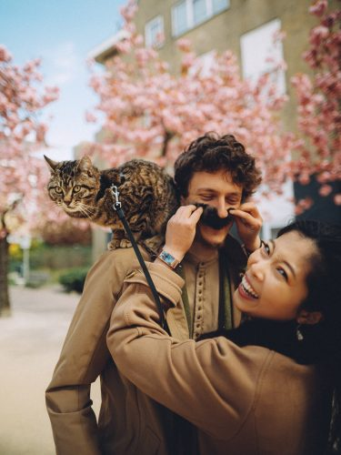 couple loveshoot with cat in amsterdam